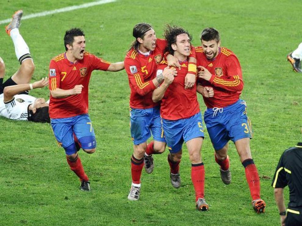 Villa, Ramos, Piqué y Alonso celebran con Puyol, autor del tanto, el gol que metió a España en la final.