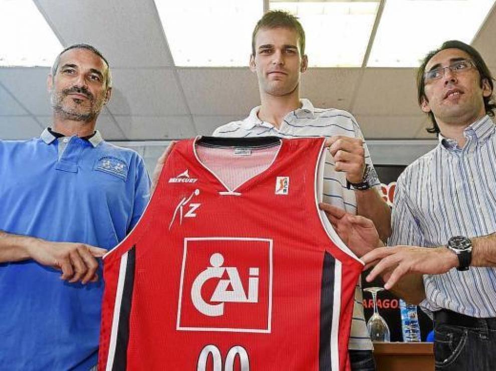 Miso posa con la camiseta del CAI junto a José Luis Abós (izquierda) y Willy Villar.