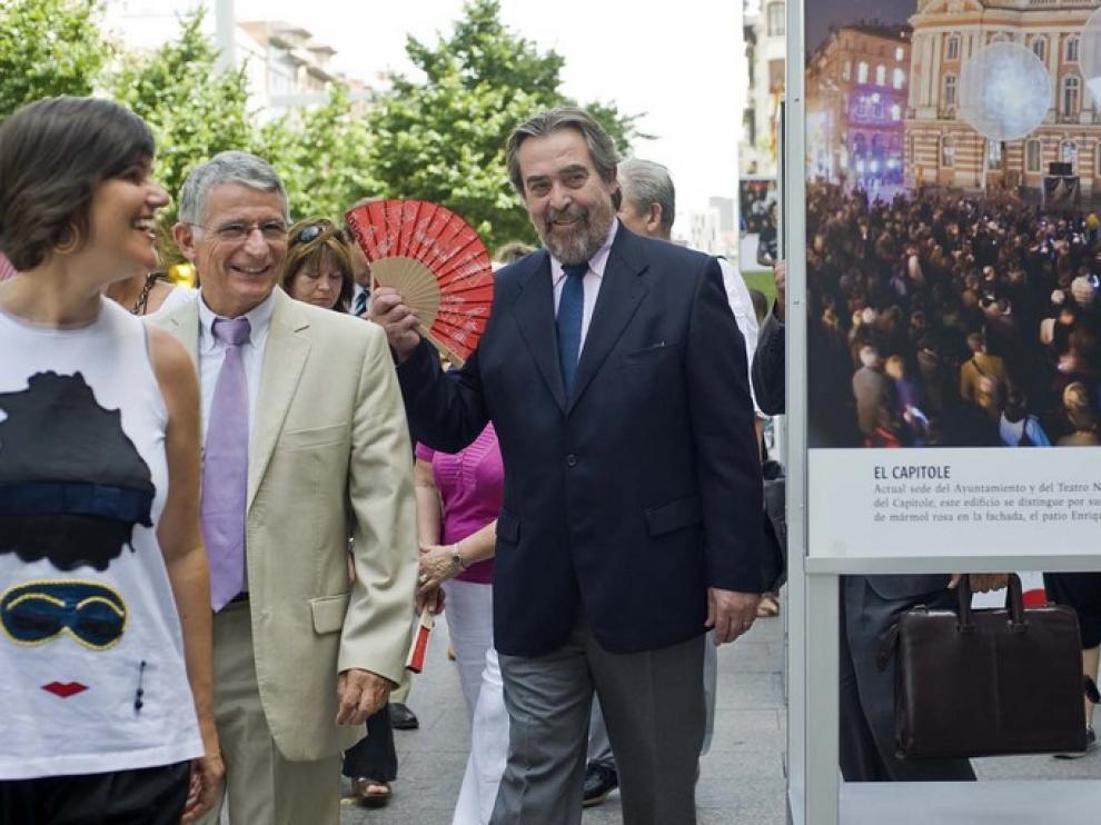 Los alcaldes de Zaragoza y Toulouse visitan la exposición sobre la ciudad francesa en la plaza de Aragón