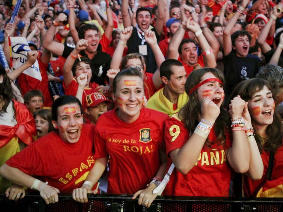 Miles de espectadores siguieron el partido desde la pantalla grande colocada en el Santiago Bernabéu
