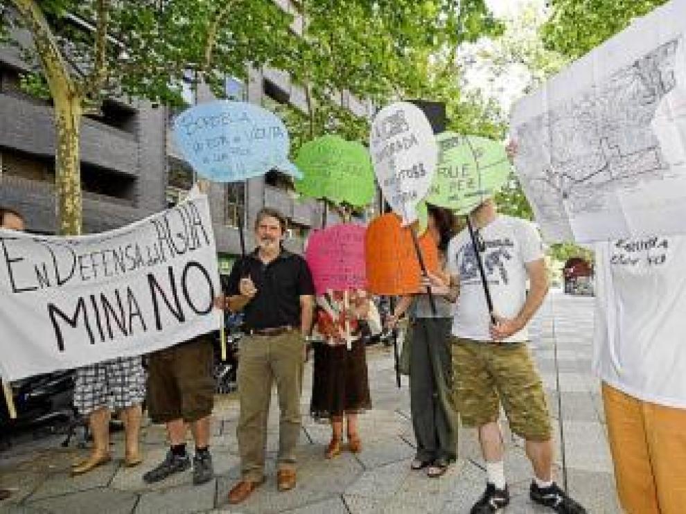 Los manifestantes, entre ellos Adolfo Barrena (IU), ayer.