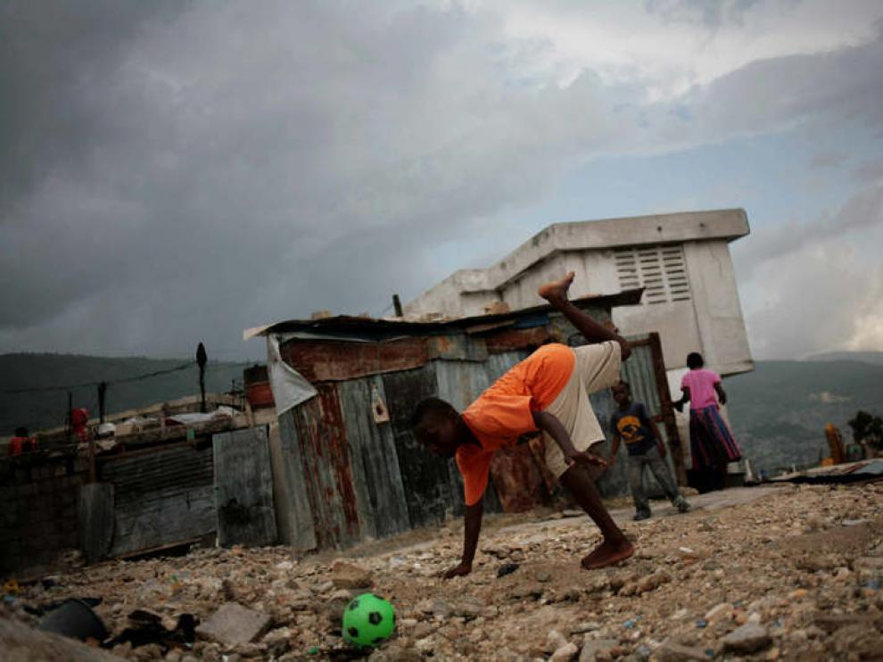 Niños haitianos juegan entre los escombros, en Puerto Príncipe
