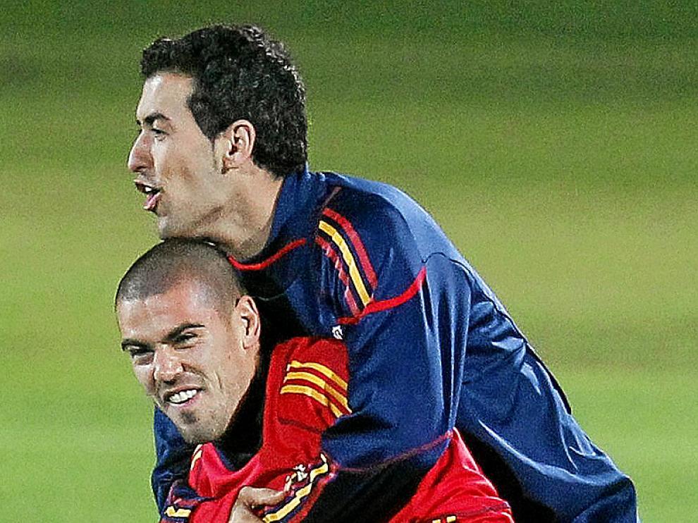 Sergio Busquets y Víctor Valdés, ayer, entrenándose.