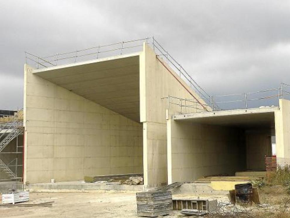 El museo, que consta de varios espacios cúbicos, está empezando a cambiar ya el perfil de Fuendetodos.