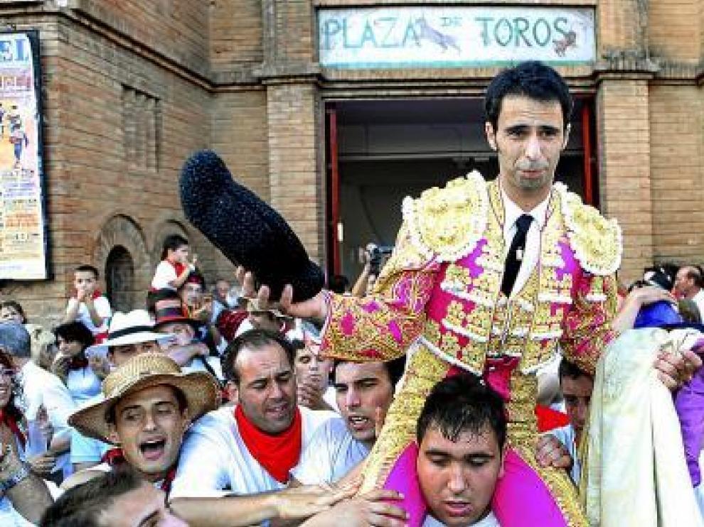 Sergio Cerezos, a hombros de sus amigos, en el día de su alternativa.