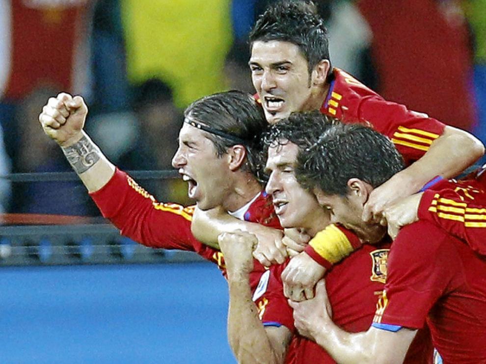 Jugadores de la selección celebran el gol de Pujol en la semifinal España-Alemania