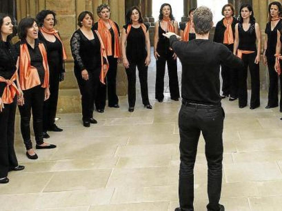 """Enchiriadis estrena este viernes el ciclo veraniego """"Música en el Foro"""", en el Museo del Foro Romano. Jorge Apodaca, de espaldas, dirige al grupo coral."""