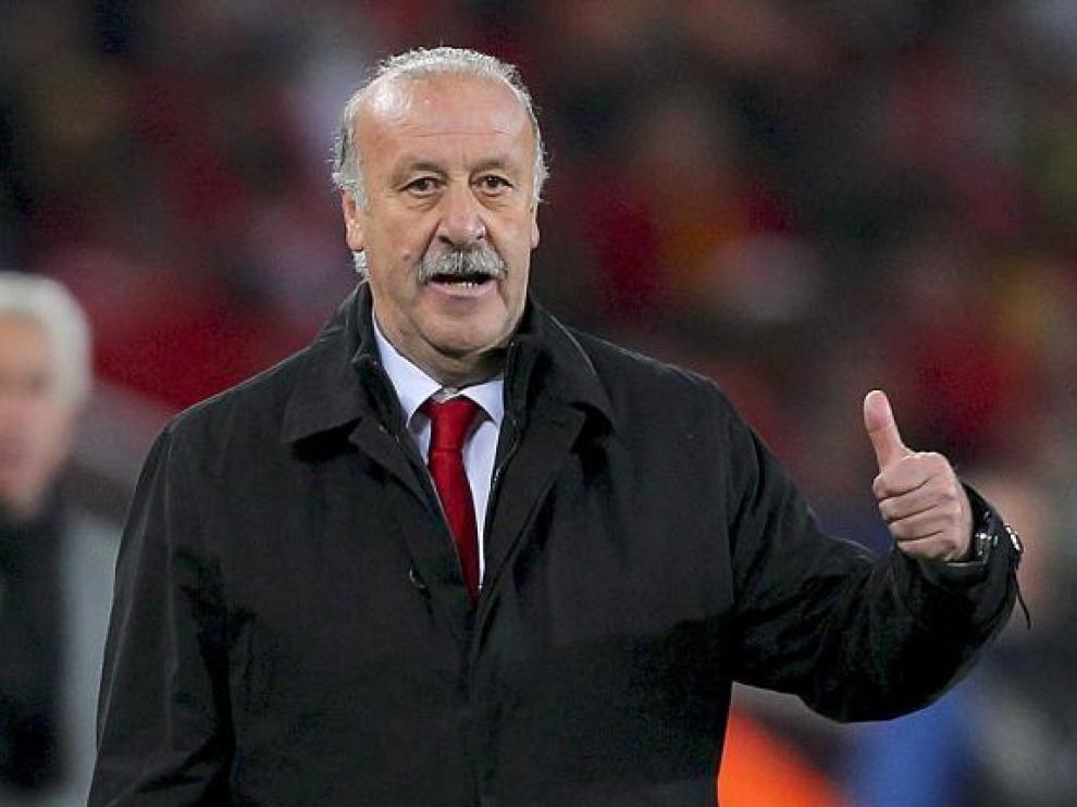 Vicente del Bosque hace un gesto de aprobación durante el partido de ayer.