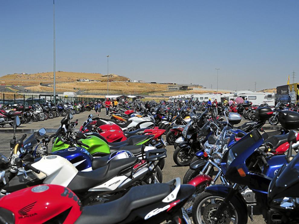 El aparcamiento de motocicletas facilitado en el mismo 'paddok', a rebosar.