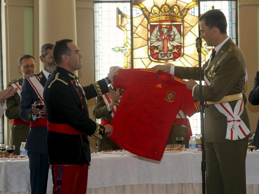 El Príncipe regala al director de la AGM una camiseta de la Selección.