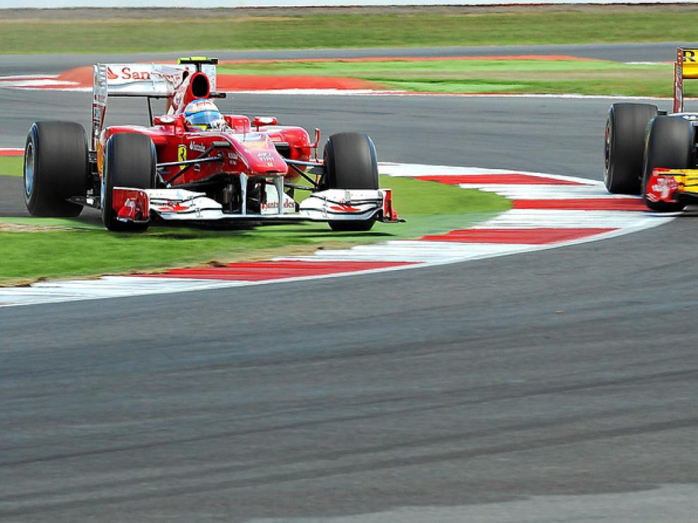 Fernando Alonso, en el momento de adelantar irregularmente a Kubica
