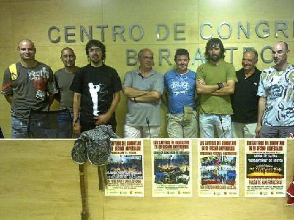 Algunos componentes del grupo en la presentación de los actos de su décimos aniversario.