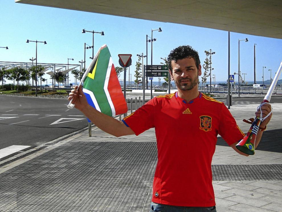 David Cebollada, con la indispensable vuvuzela y la bandera sudafricana