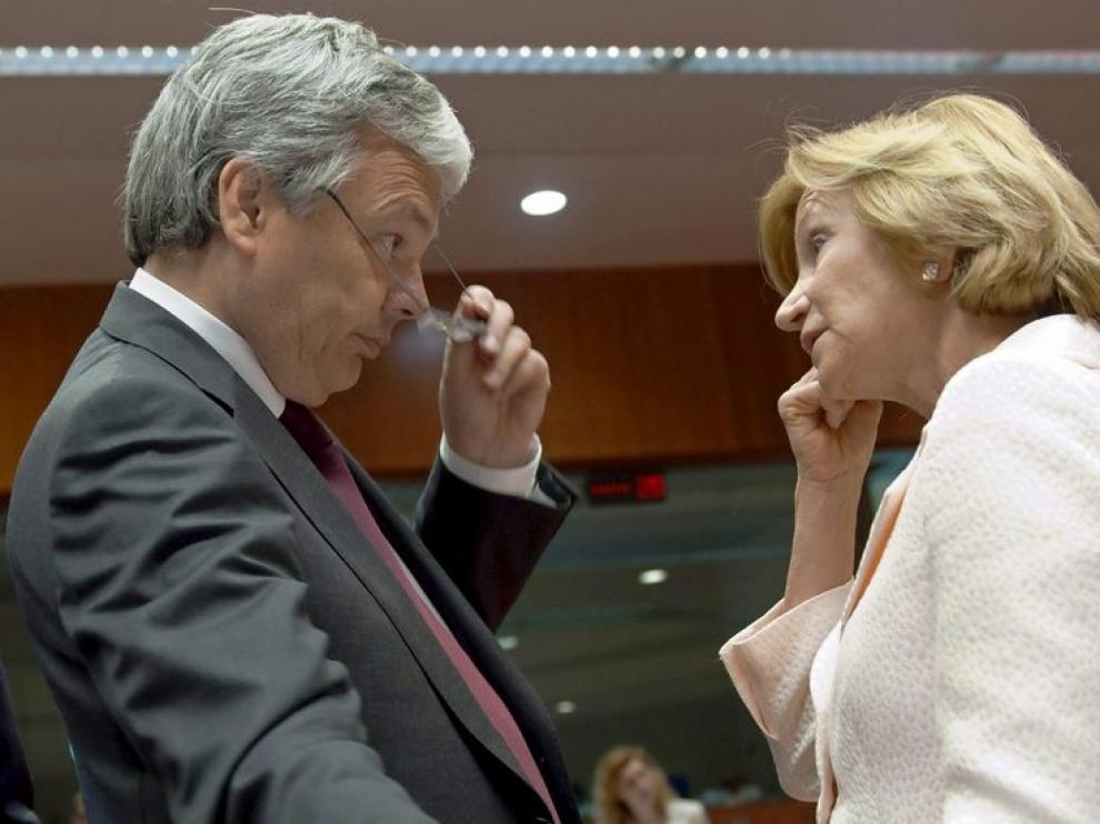 Elena Salgado charla con el ministro de Finanzas belga, Didier Reynders.