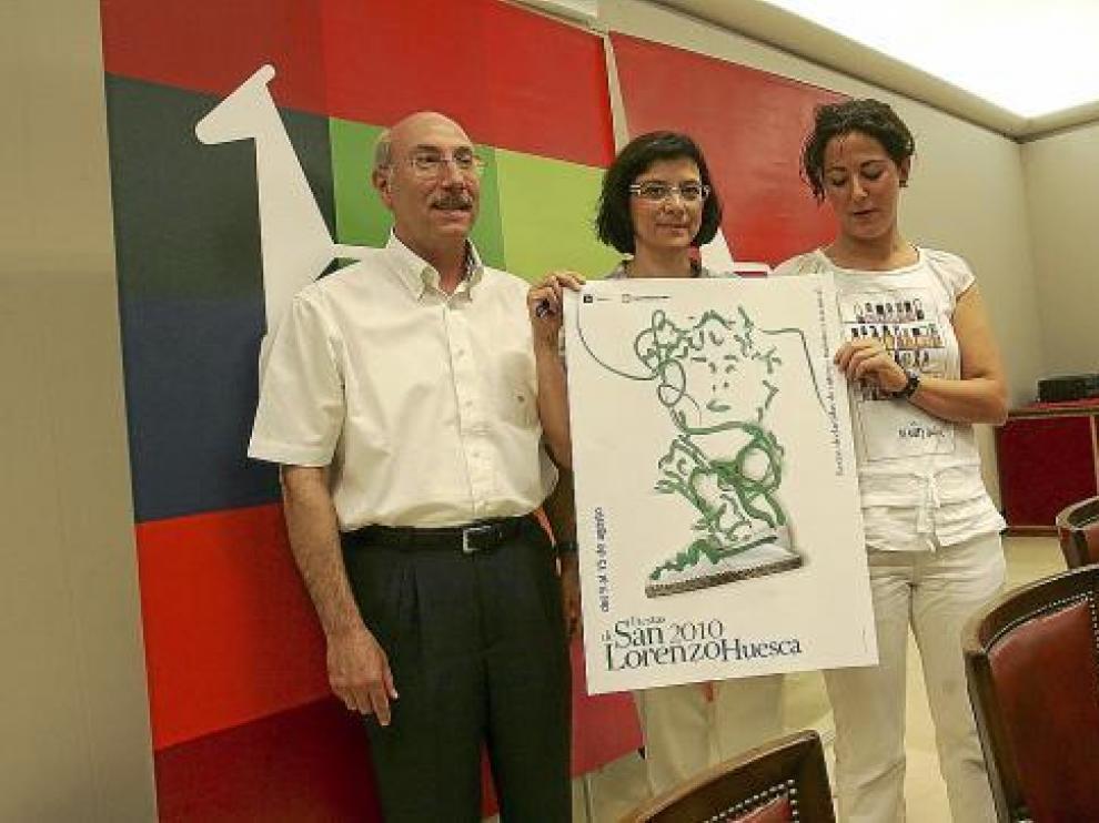 Los concejales Domingo Malo, Teresa Sas y Amalia Aso 'presumieron' de cartel de fiestas.