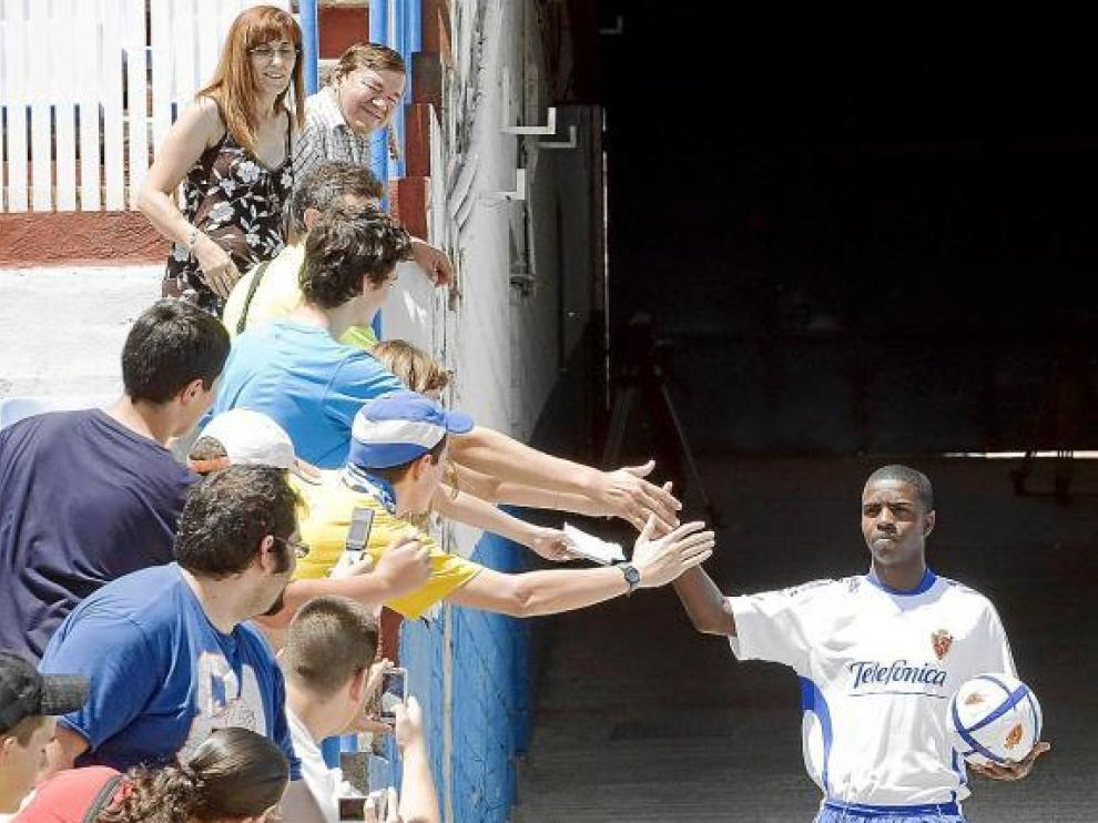 Marco Pérez saluda al grupo de aficionados que acudió ayer a su presentación.