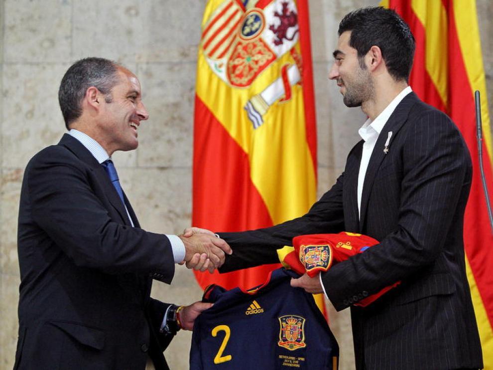 Albiol junto al presidente valenciano, Francisco Camps.