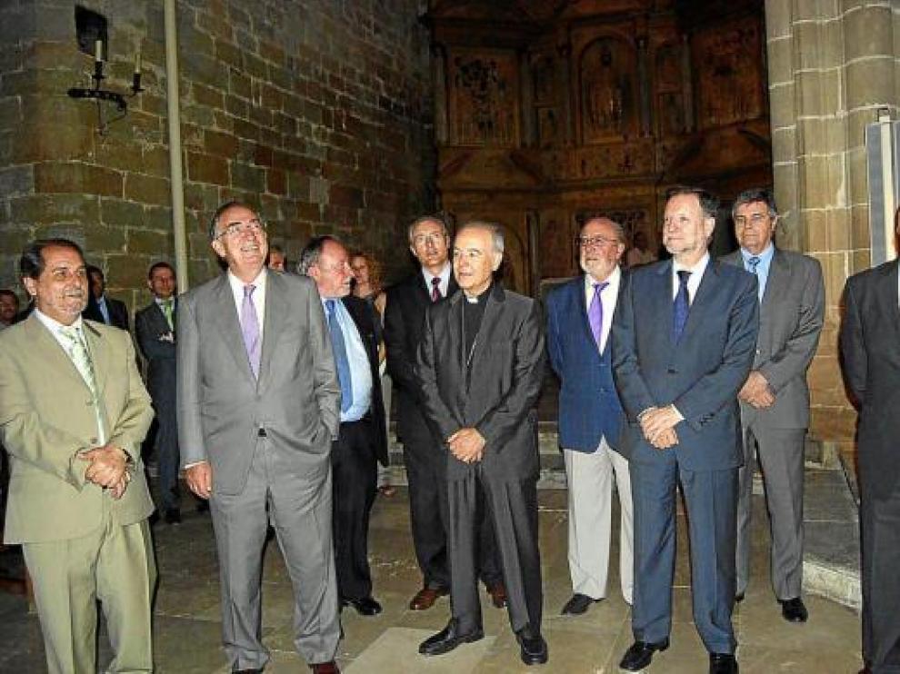 Los patronos de la Fundación en la catedral de Barbastro, poco después de firmar los acuerdos.