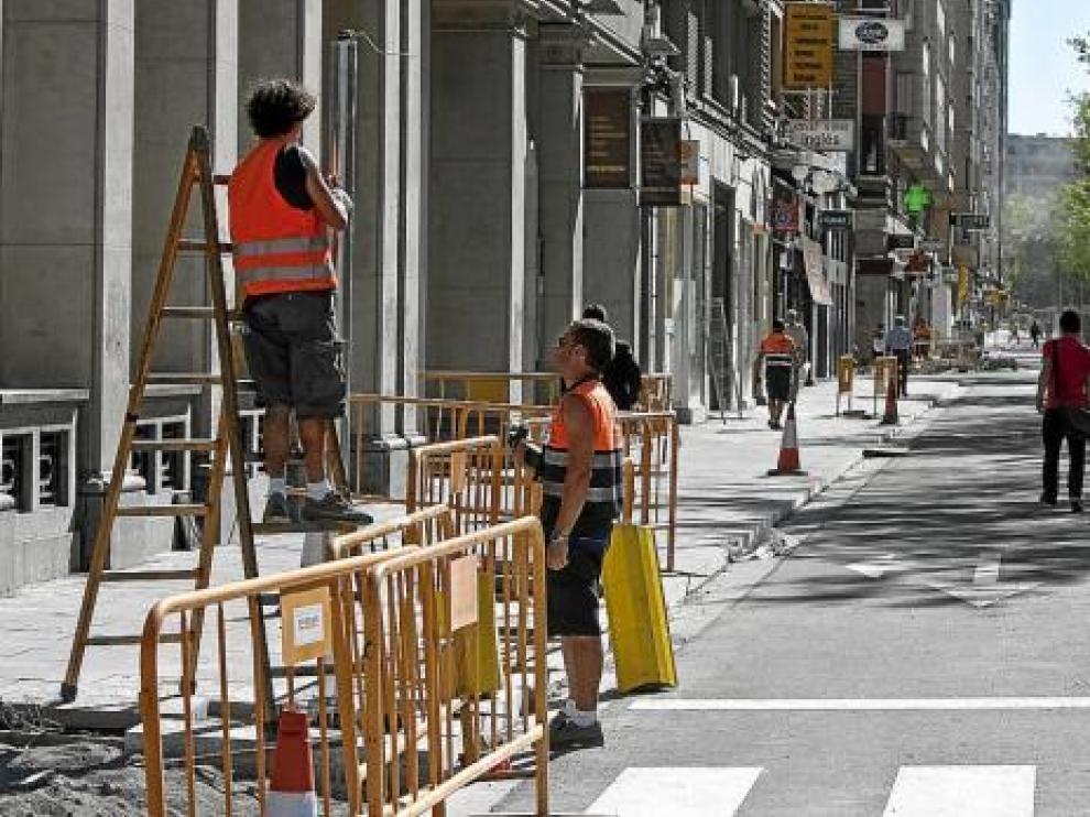 Varios operarios colocaban ayer semáforos a la altura de la plaza de Paraíso.