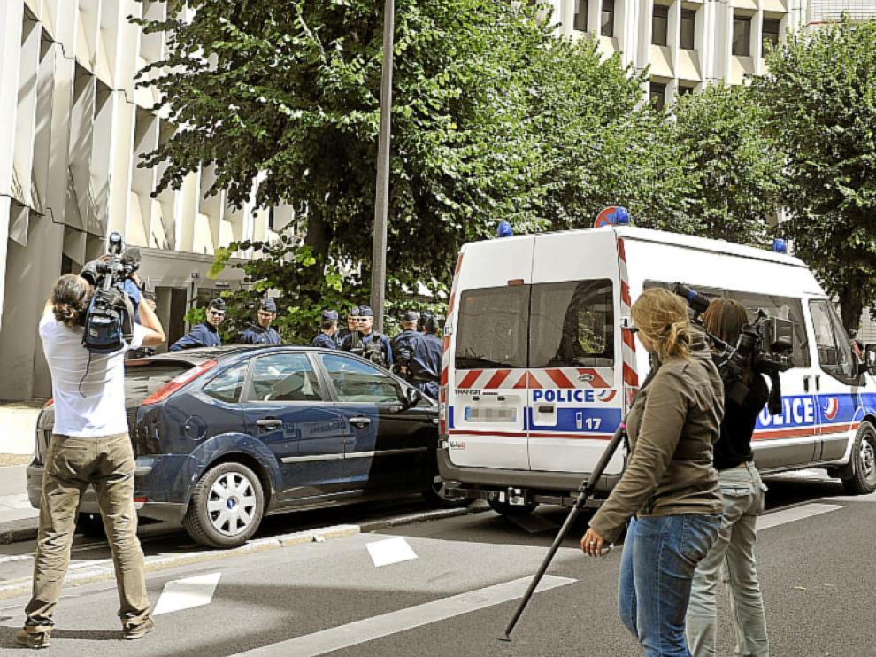 Periodistas a las puertas de la sede policial.