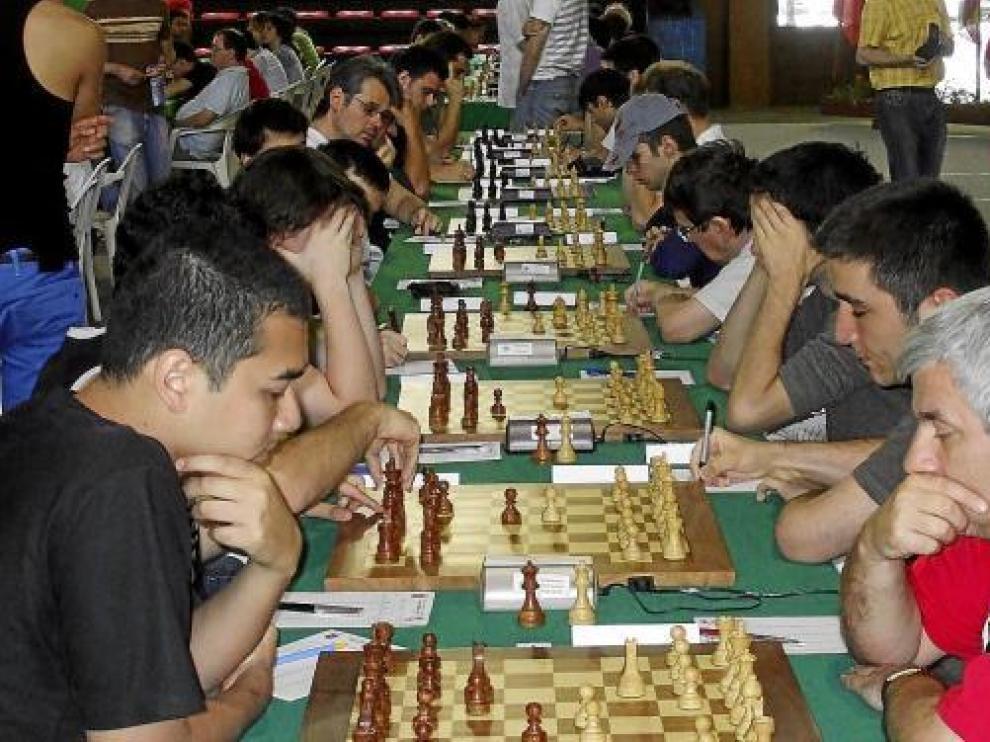 Los jugadores concentrados en sus respectivos tableros en el Open de Benasque.
