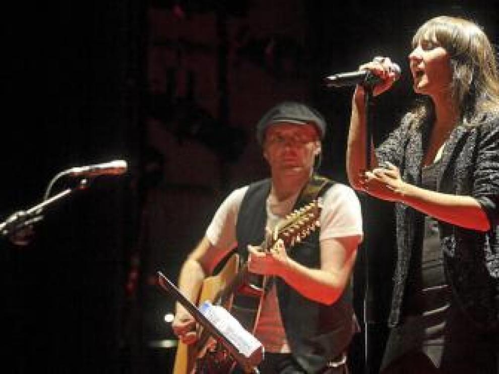Amaral, solidarios con una niña de Tarazona, cantan hoy en Oasis.