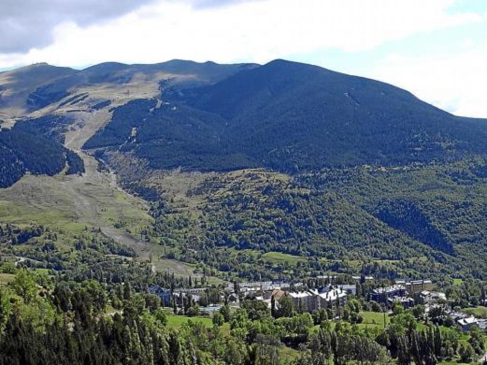 Imagen de archivo de la urbanización de Cerler y, al fondo, la estación de esquí del grupo Aramón.