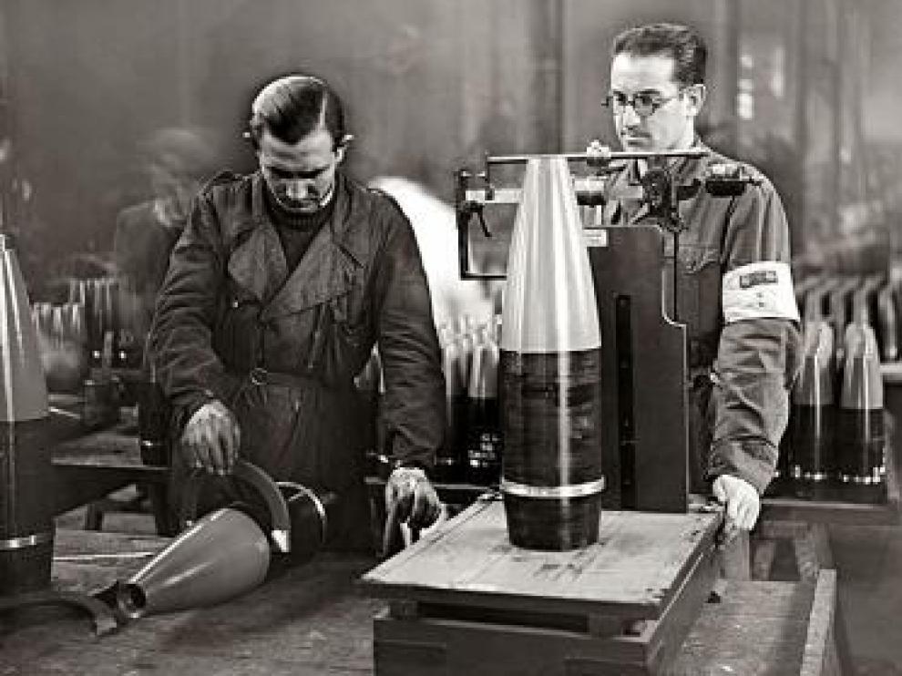 Pesado y medición de proyectiles. A la derecha, el ingeniero J. M. Tertre.