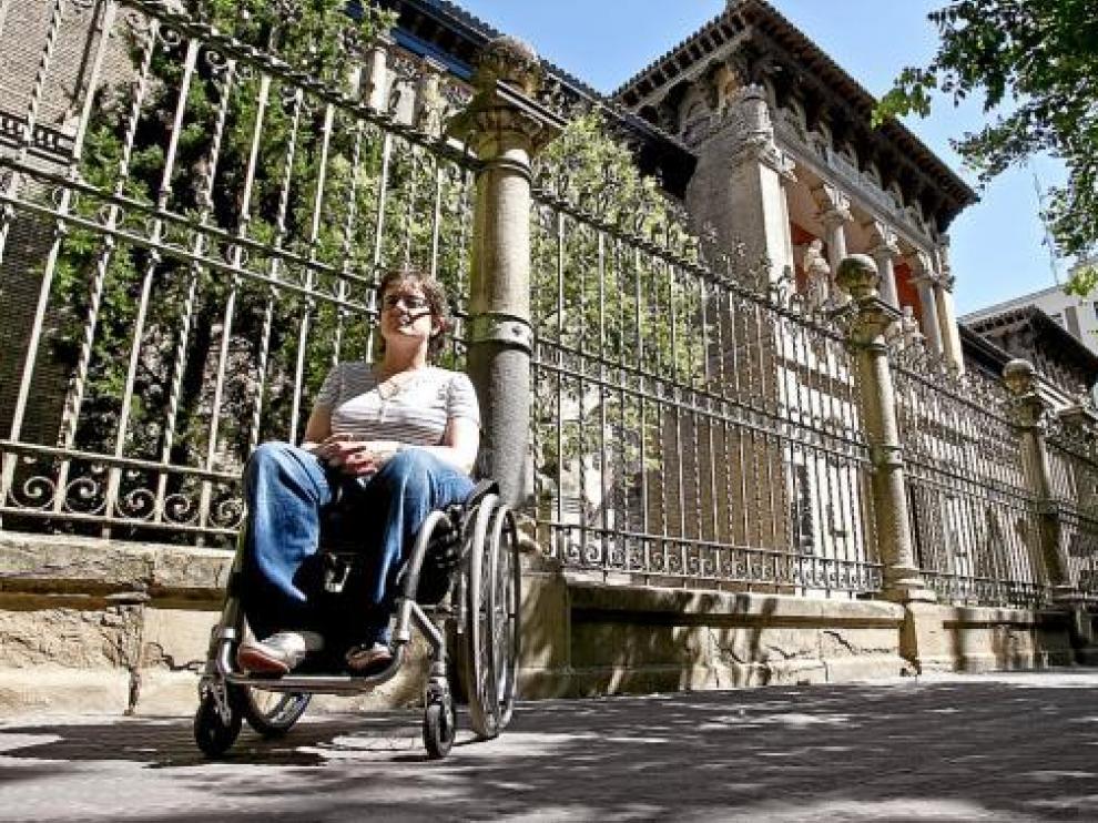 Marta Valencia, secretaria técnica de la Fundación DFA, ante la entrada del Museo Provincial.