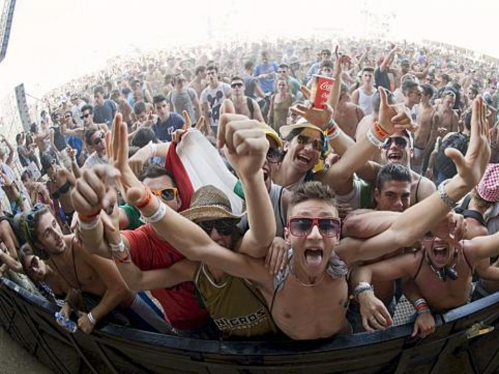 Un grupo de asistentes al Monegros Desert Festival, ayer.