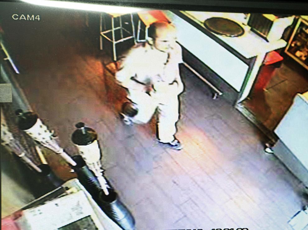 El presunto asesino, recogido por la cámara del bar donde fue detenido