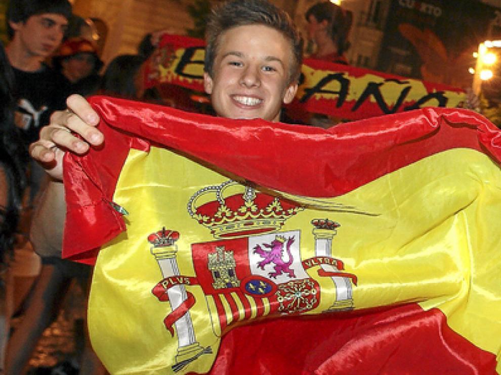 Un grupo de jóvenes celebra el triunfo de la Roja en uno de los partidos del Mundial en la plaza de España de Zaragoza.