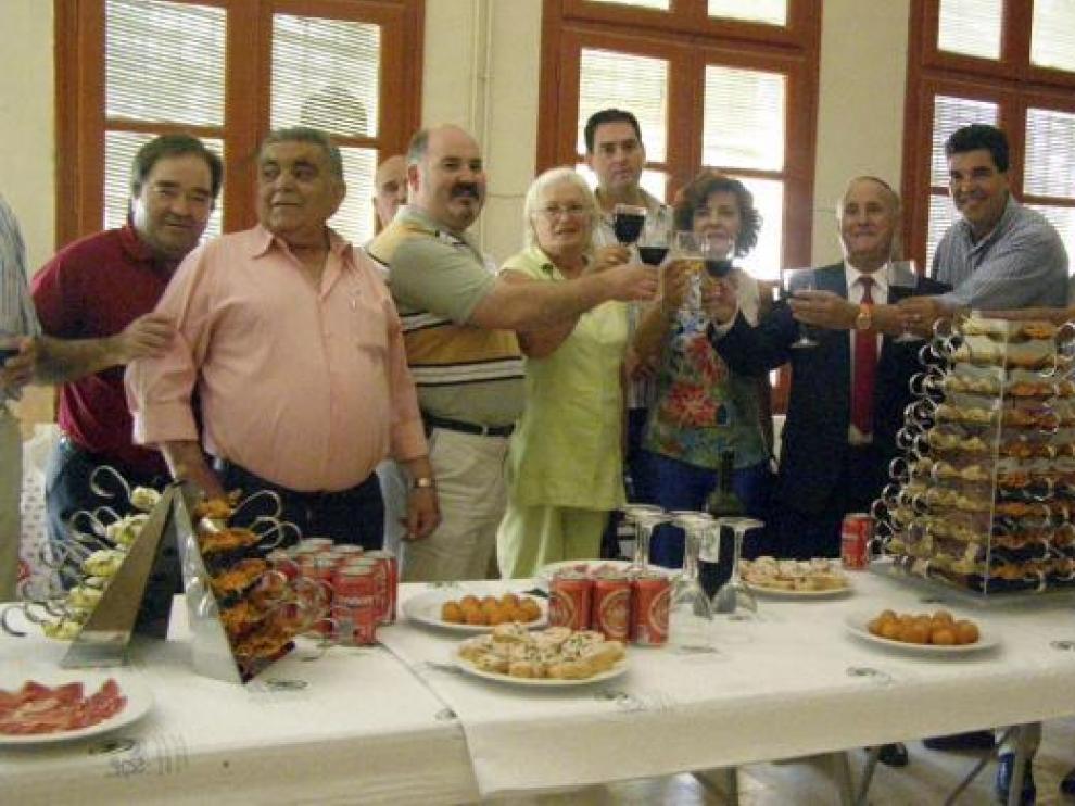 Lourdes Rubio y el alcalde de El Buste brindan con otros consejeros comarcales, alcaldes y ediles.