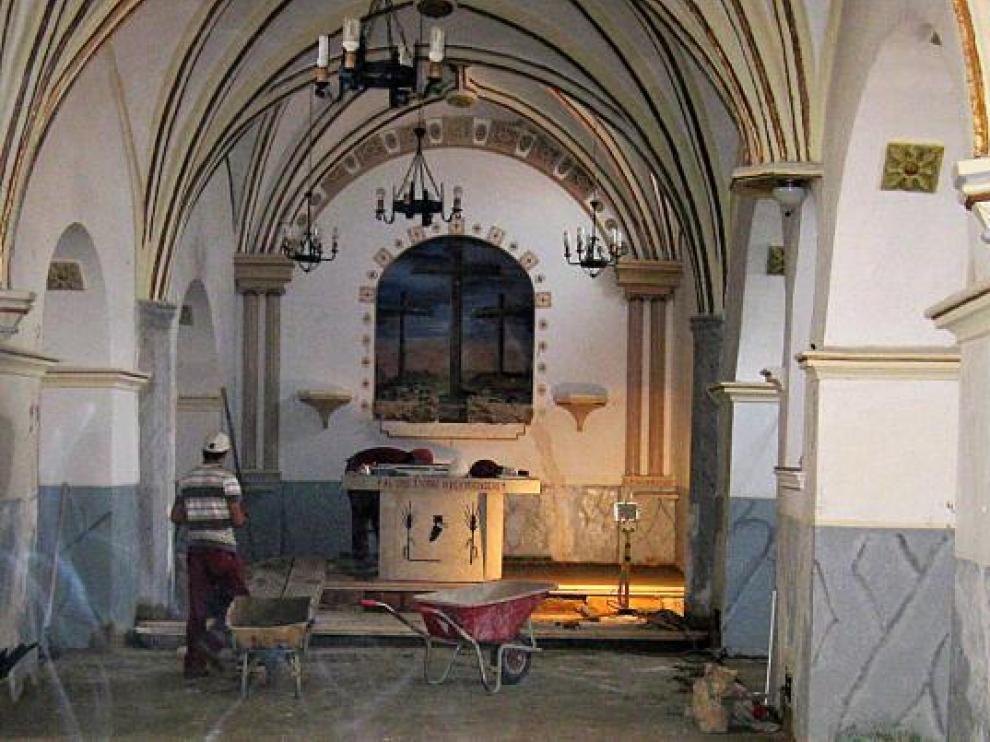 Los operarios trabajan a buen ritmo con objeto de inaugurar la iglesia en agosto.