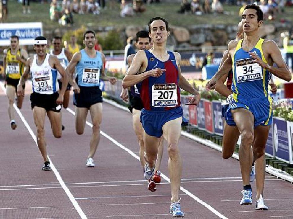 Manuel Olmedo, izquierda, llega a la meta superando a Arturo Casado, ayer en Avilés.