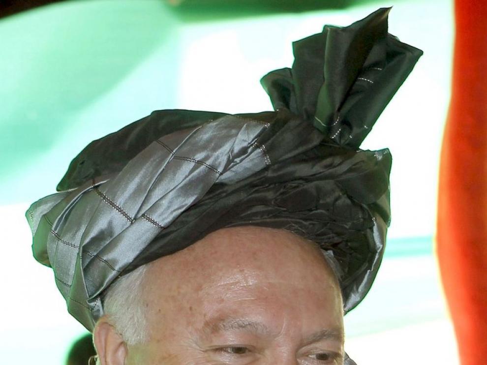 El ministro de Asuntos Exteriores ataviado con el traje tradicional afgano