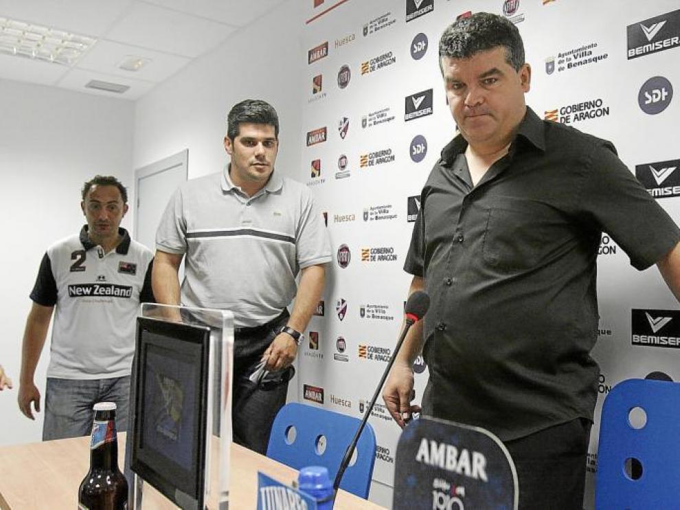 Onésimo Sánchez, a la derecha, el día de su presentación como técnico de la Sociedad Deportiva Huesca.