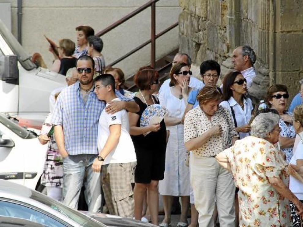 Al funeral, celebrado en la iglesia de San Francisco, acudieron cientos de familiares y amigos.