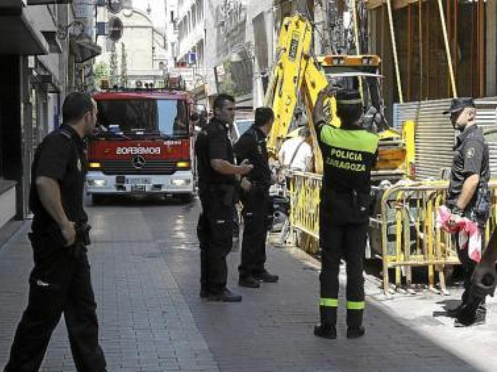 Los Bomberos y la Policía Local, ayer, durante la fuga de gas.