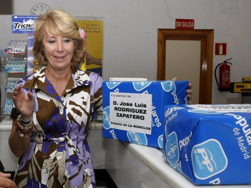 Esperanza Aguirre manda las firmas recogidas contra la subida del IVA