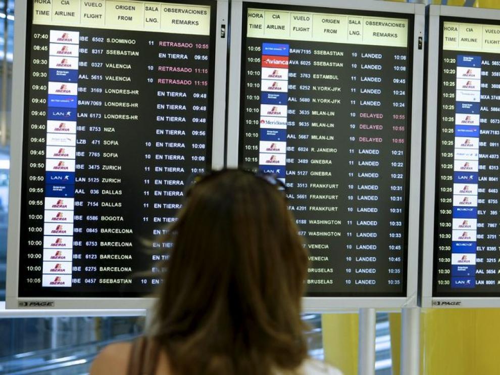 Pantalla de control de vuelos en el aeropuerto madrileño de Barajas