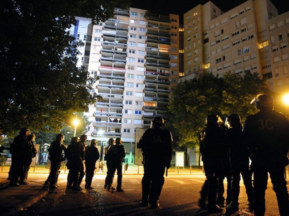 Los policías franceses de Grenoble mantienen la posición ante los disturbios