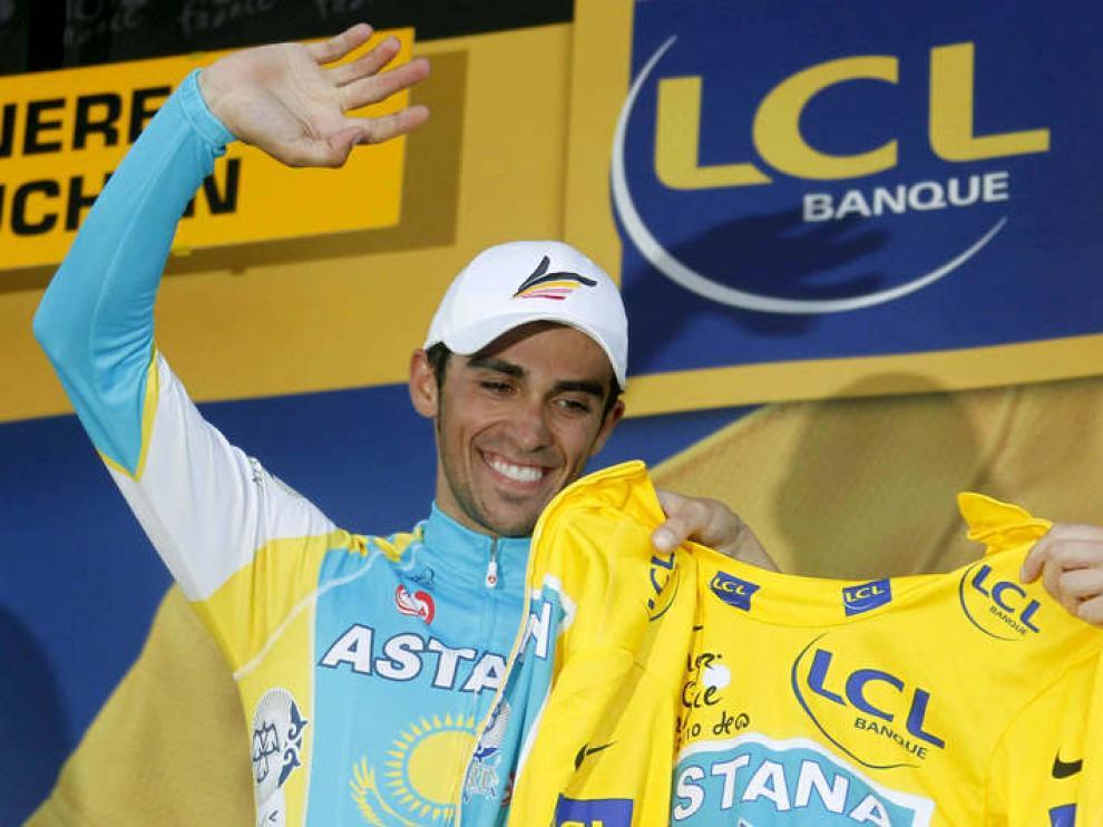 Contador recibe el maillot amarillo.