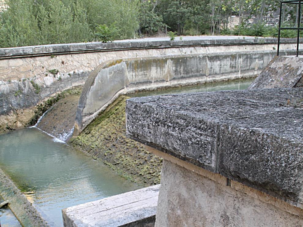 Un zueco junto al lugar donde se ahogaron las tres personas
