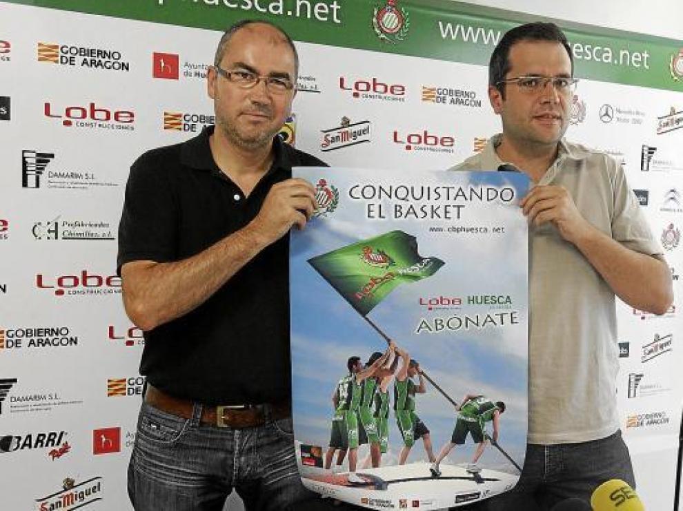 José Manuel Rincón, presidente del club, y Carlos Ortas, vicepresidente, con el cartel de la campaña.