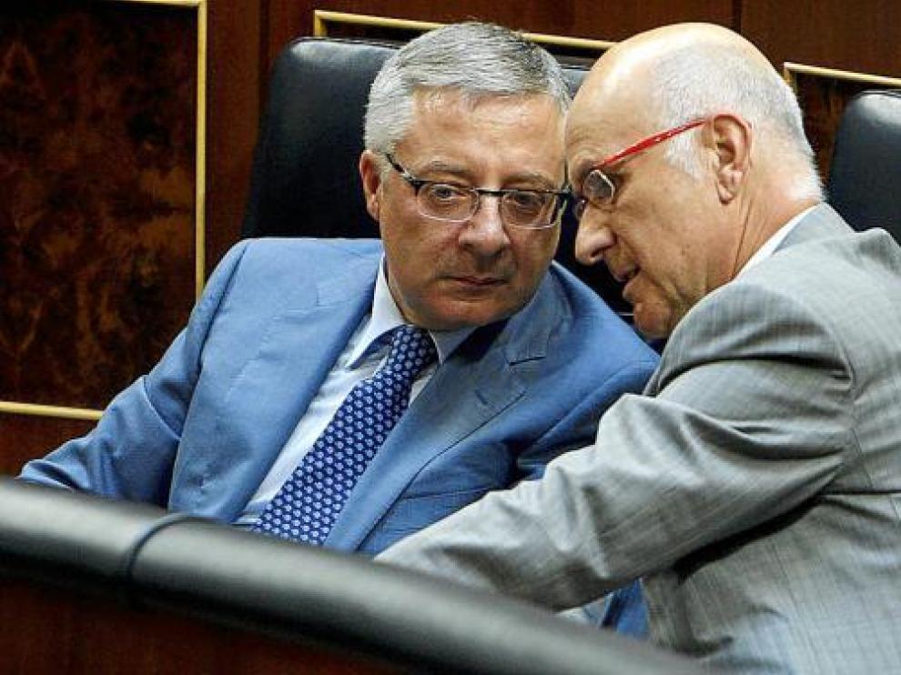 El ministro Blanco y el portavoz de CiU, Duran i Lleida, antes de la sesión de ayer en el Congreso.