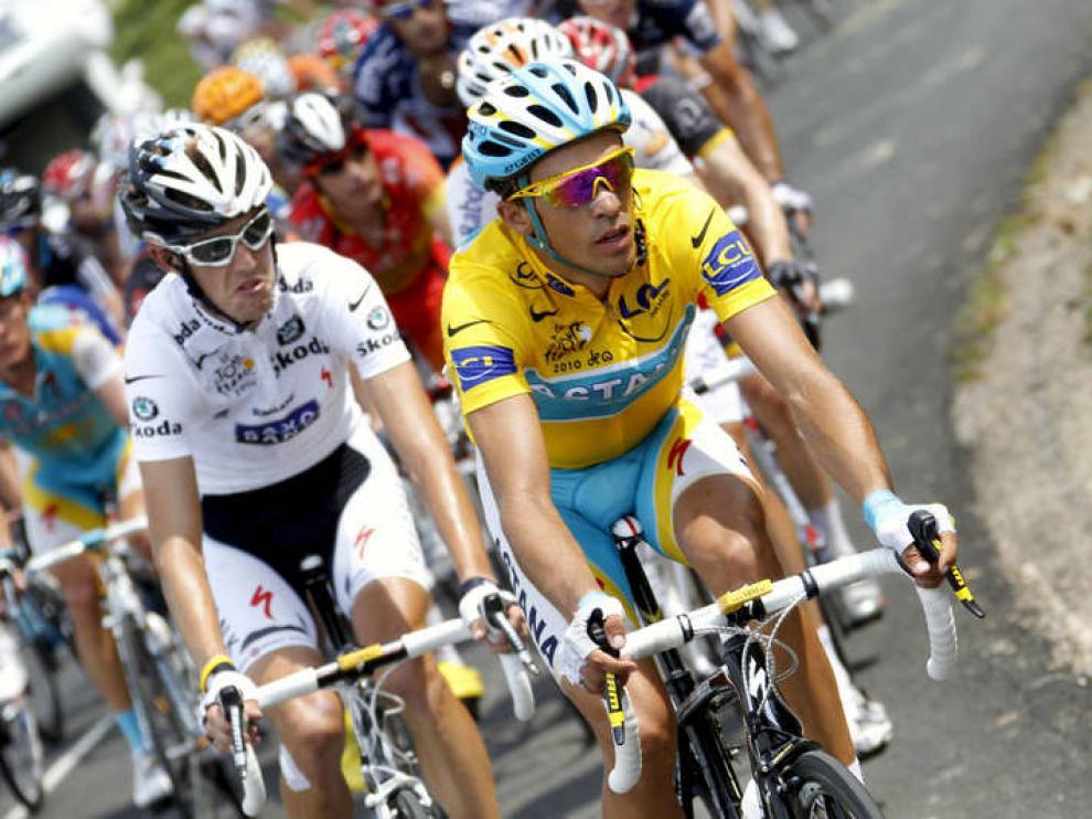 Schleck y Contador ruedan juntos.