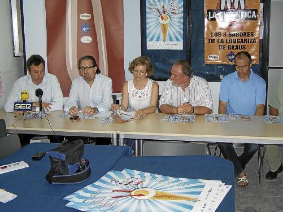 Representantes de las entidades organizadoras y la alcaldesa de Graus, durante la presentación.