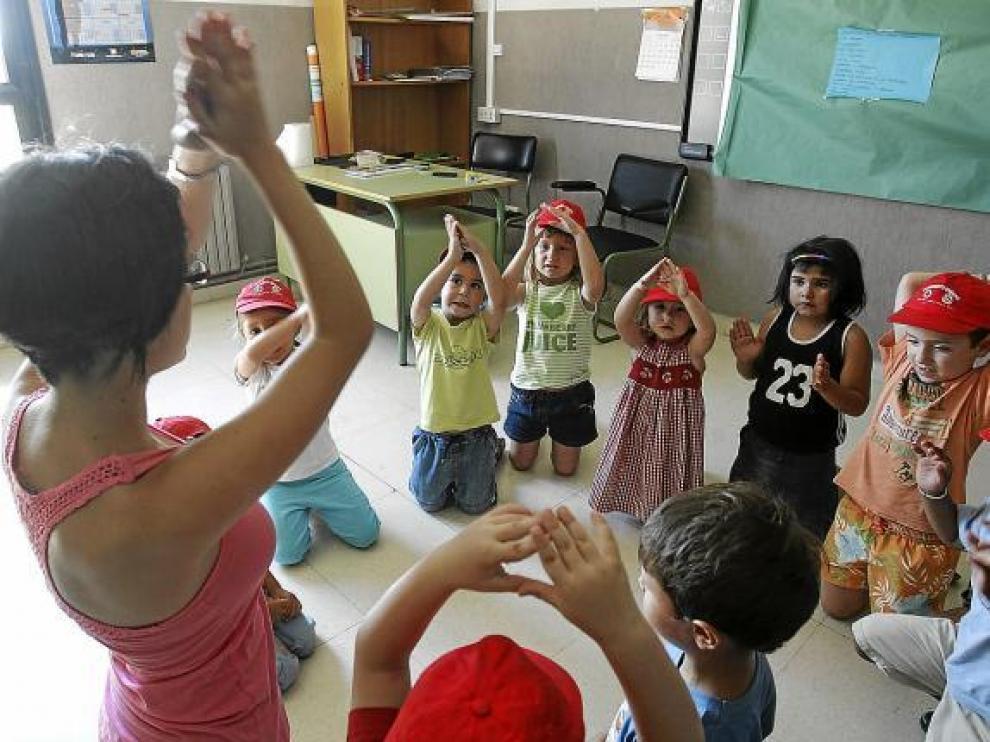 Muchos colegios, como el San Vicente de Huesca, abren también en verano con colonias infantiles.