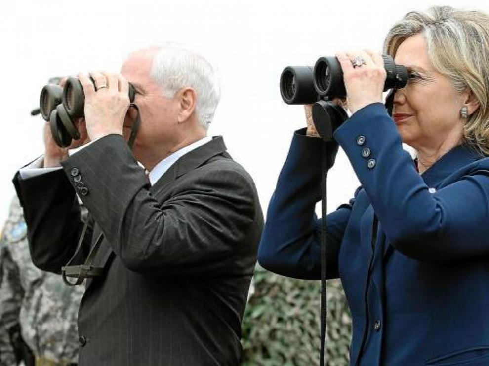 Robert Gates y Hillary Clinton obsevan con prismáticos la frontera entre las dos Coreas.
